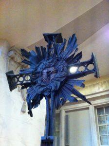 Das in den Trümmern wiedergefundene Kreuz - Mahnung für den Frieden